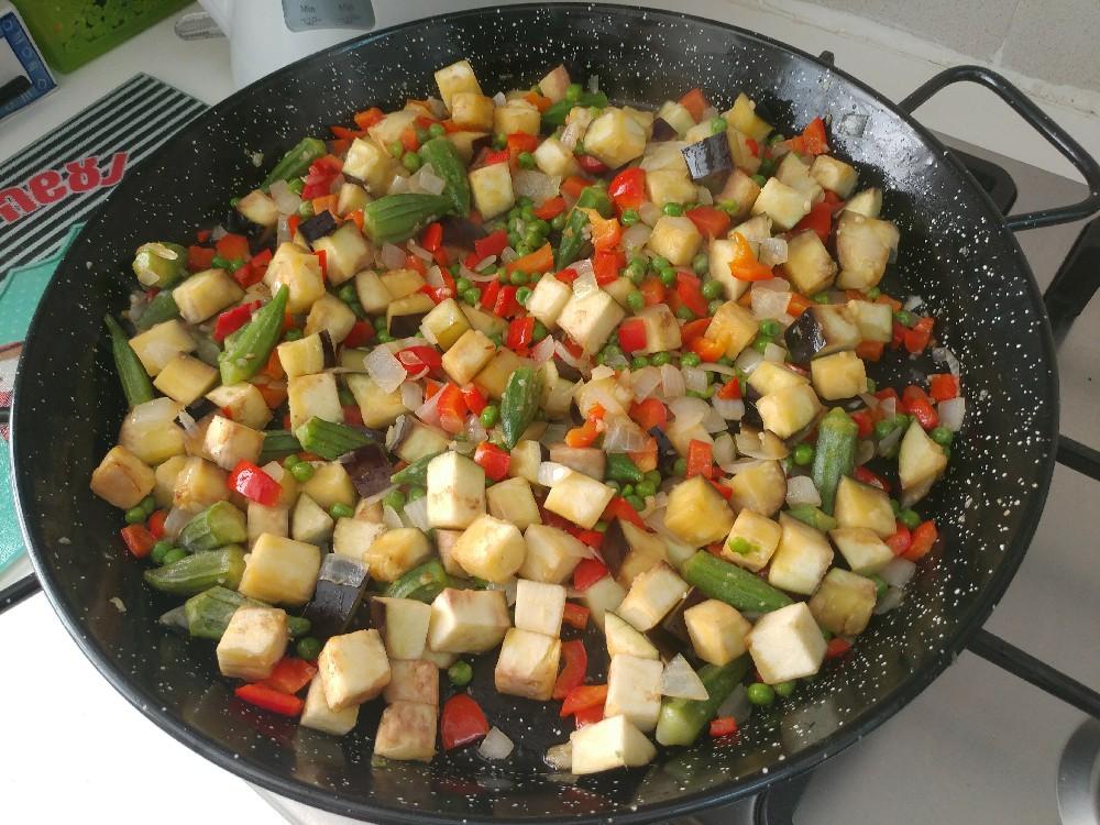 פאייה טבעונית, מוסיפים ירקות ומבשלים 10 דקות