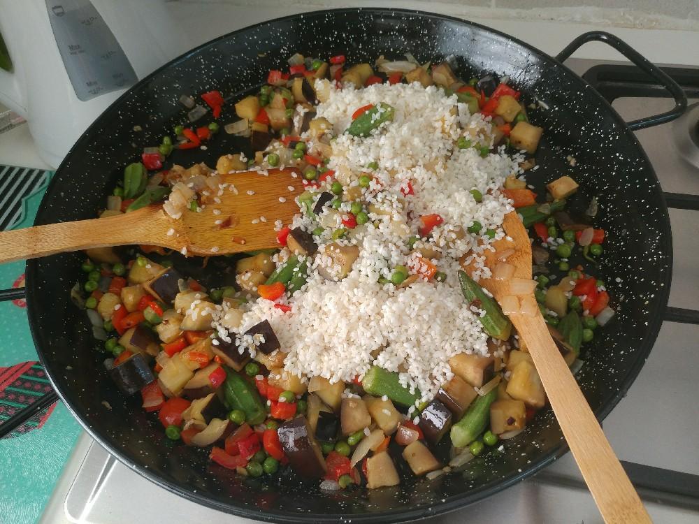 פאייה טבעונית, מוסיפים לירקות אורז חצי עגול או אורז ריזוטו