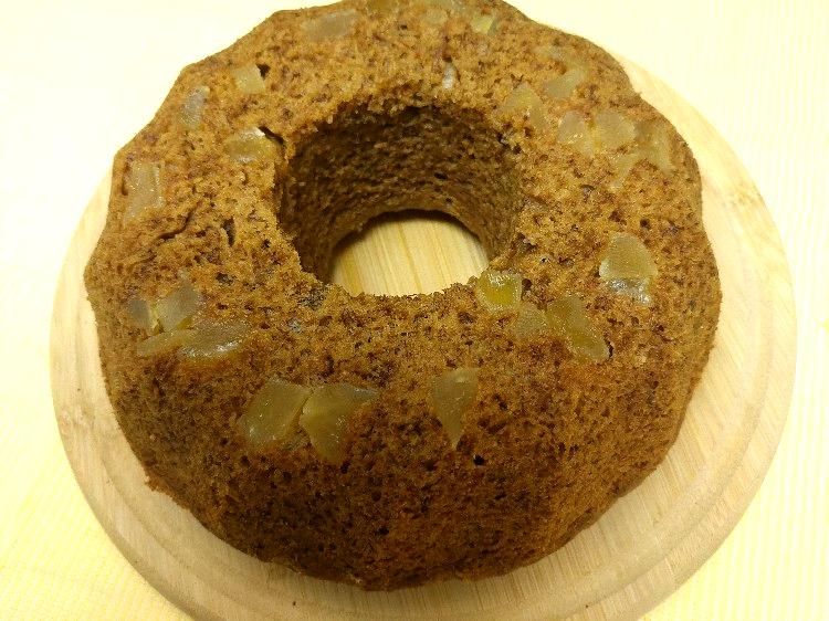 עוגת בננות וג'ינג'ר, בנוסף לג'ינג'ר הטחון בבלילה, משובצת בג'ינג'ר מיובש